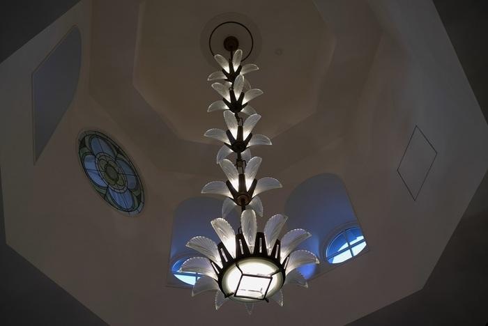 ジャンルにとらわれない企画展が催され、駅舎創建時の模型や貴重な資料を並べた展示も常設されていますが、このギャラリーの見所は、東京駅ならではの空間と設えにもあります。【階段上部のアールデコ調の装飾と照明】