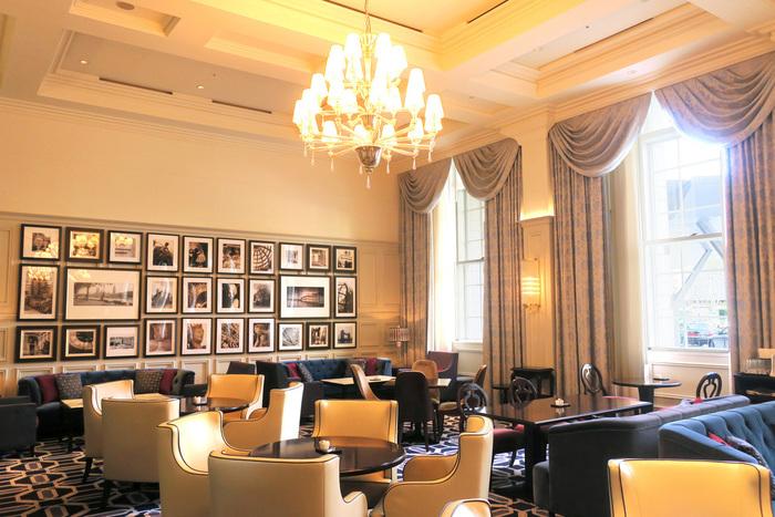 「東京ステーションホテル」には、客室だけでなく、一般のホテル同様に、レストランやカフェ、バーやショップ等などの店舗も数多く入っています。駅に直結した利便、伝統的なホテルならではのサービス、雰囲気の良さで、宿泊者を含め、終日多くの人々が訪れます。【朝食からディナーまで、宿泊者以外でも幅広く利用できる「ロビーラウンジ」。】