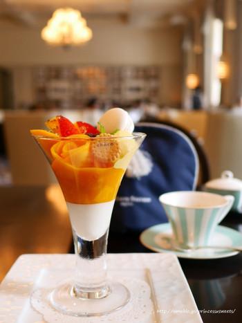 時間があるのなら、クラシックホテルの落ち着いた設えや雰囲気の中で、有名ホテルならではのサービスと共に、ゆったりとした一時、ホテルならではの味わいを楽しんでみましょう。  【画像は、ホテル1F「ロビーラウンジ」の期間限定スウィーツ、宮崎県産完熟マンゴーをたっぷり使った『マンゴーパフェ』(2018年6月)。ロビーラウンジでは、季節に応じた様々なスウィーツが用意されている。】