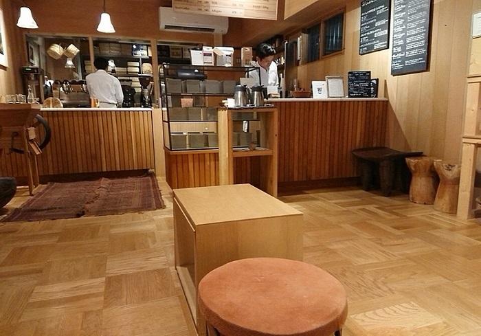 """2017年にオープン。2009年、三軒茶屋にスペシャルティコーヒー専門の「カフェ・オブスキュラ」を開業したオブスキュラ・コーヒー・ロースタースがこの地に開いた4つめの拠点です。 """"マート""""の名称どおり、テイクアウトコーヒーへの対応とともに、200mほどの距離にある「オブスキュラ・ファクトリー」で焙煎した豆やギフト、サイフォンやドリッパー、マグカップなど、コーヒー関連グッズを販売。"""