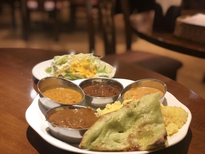 平日ランチには、数種類の中からお好みのカレーが選べて、自家製デザートとドリンク、サラダ付きのセットがあります。また、90分制でおかわり自由のお得な「カレーブッフェ」もありますよ。いろいろ食べ比べたいときにはブッフェがおすすめ♪