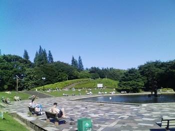 お店の真ん前は人気ブーランジェリー「シニフィアンシニフィエ」。世田谷公園もすぐそば・・・☆