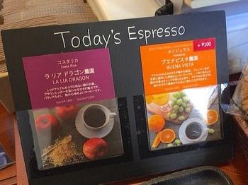 農園名と風味の解説付きで日々、張り出される『本日のエスプレッソ』。きっと未知の豆との出会いがある♪