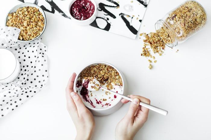 朝食に欠かせない「ヨーグルト」や「チーズ」も発酵食品。朝食が洋食の方はグラノーラにヨーグルトをかけて食べるだけでも、一日の始まりを元気に快調にスタートさせることができますよ。