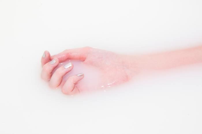 手足の指先で「グー・チョキ・パー」をしてください。血行が滞りやすい手先、足先のストレッチ効果があります。特に体の末端が冷えやすい方にオススメです。