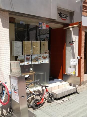 「すぱいす」は、荻窪駅西口を出てすぐのところにあります。コクがあるのにさわやかで、後引くおいしさのインドカレーのお店。化学調味料や小麦粉、カレールーを使わない、オーダーのこだわりがつまったヘルシーカレーが食べられますよ。