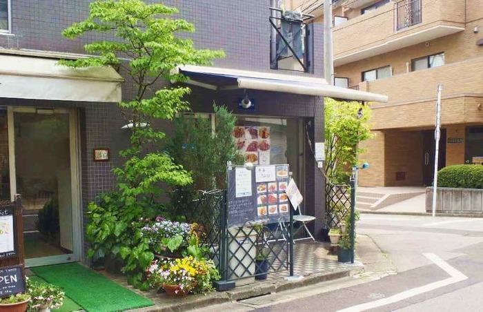 「ブルーベル」は、荻窪駅西口から徒歩約6分のところにあります。元々は東京駅の八重洲で営業していましたが2004年に惜しまれながら閉店し、荻窪で再スタートを切ったのだそう。ハンバーグやカレーライス、ハヤシライスなど、定番の洋食が食べられる知る人ぞ知るお店。
