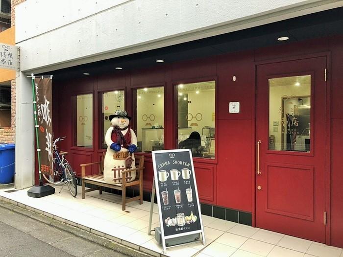 2014年に茶沢通りにほど近い下の谷商店街にオープン。自家焙煎のコーヒー豆を販売、5人まで座れるベンチも備えています。
