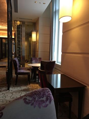 東京ステーションホテルには、宿泊者以外でも利用できるレストランやバー、ラウンジがあります。  【ランチタイムからバータイムまで、豊富な料理やスウィーツ、リカーが楽しめるバー&カフェ「カメリア」のパサージュ席】