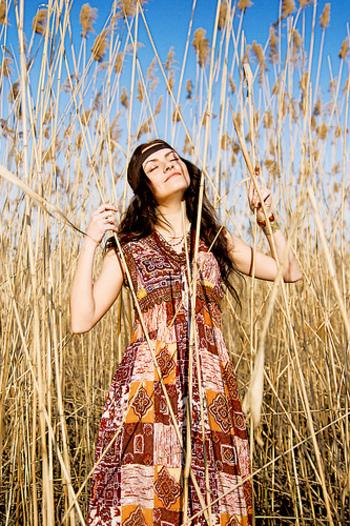 70年代のファッションを語る上で欠かせないのが、ヒッピーたちのファッションです。サイケでボメミアンな要素も加わったヒッピーファッションは、色彩豊かな服が多く見られます。