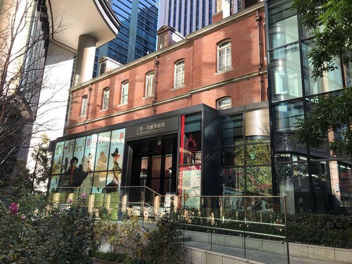 「三菱一号館美術館」は、ロートレックやルドンなど、建物と同時代の19世紀末の西洋美術を中心に収蔵し、当世紀を中心とした近代美術を主に展覧する美術館です。 【美術館エントランス(画像は、2017年開催『ロートレックとアートになった版画・ポスター展』)】