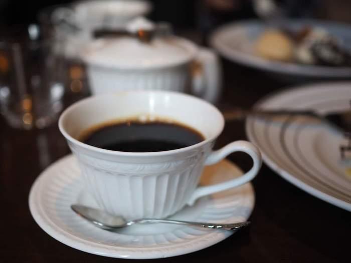"""""""カフェ・バー""""といっても、メニューは実に豊富。ソフトドリンクやアルコール類の他、前菜やメイン、パスタやリゾット、バーフード等などの料理やデザートが、バリエーション豊かに揃っています。"""