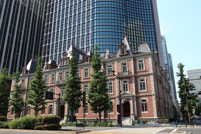 """ジョサイア・コンドルの設計による赤煉瓦の建物は、三菱が明治27(1894)年に丸の内初のオフィスビルとして、また日本で初めての洋風事務所建築物。先に述べたように""""丸の内""""発展の契機となった歴史的価値のある建造物です。  昭和43(1968)年解体されましたが、平成22(2010)年に、建設当時の資料を元に忠実に復元し、「三菱一号館美術館」として開館しました。"""