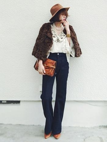 70年代ファッションは民族衣装など、フォークロアテイストを取り入れるのがポイント。刺繍ブラウス×ブーツカットデニムにフェイクファーのジャケット羽織り、つば広ハットやパールのネックレス、ヴィンテージ型押しレザーバッグなど小物使いまで抜かりない、シックな大人のフォークロア調コーディネートです。