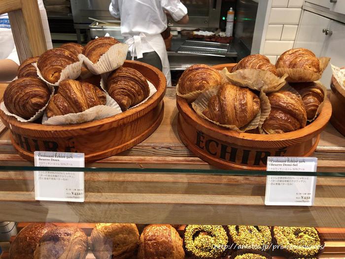 「エシレ・メゾン デュ ブール」は、ブリックスクエア中でも、行列が途絶えない人気店です。フランス伝統の発酵バター「エシレバター」の他、エシレバターを使ったパンや焼き菓子、生洋菓子を販売しています。 【焼き立てのクロワッサンや焼き菓子が並んだ店内ショーケース。】