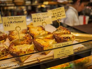 店外同様に、本場の雰囲気を漂わせる店内は、ゆったりと座れるテーブル席や、手軽なカウンター席が用意され、ショーケースには、シンプルなパンからサンドイッチまで、種々様々なパンやケーキが並んでいます。