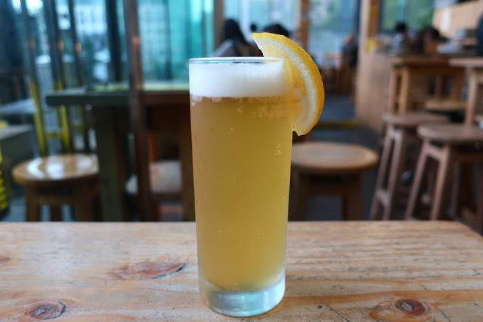 でも、せっかくこの店に立ち寄るなら、オープンテラスや店内から東京駅を眺めながら、ワインやビール、好きなアルコールを一杯頂くのがお勧めです。【画像は、スッキリと軽快な味わいの、レモン味の『レモンビール』】