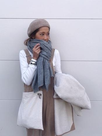 「暖房が入った建物(お店や会社など)」と「寒い外」。行き来するときには、どのような着こなしをすればよいでしょう。  まず、ストールやマフラーなどの小物は、体の温度調節に活躍してくれるマストアイテム。上のほうで述べたとおり、「首」を守ることを意識してくださいね。