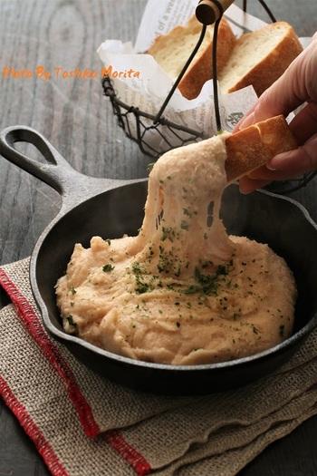 フランスの郷土料理「アリゴ」は、温かいポテトサラダです。チーズ入りで伸びる様子が楽しい♪バケットや温野菜とも相性がよく、おもてなしにもおすすめです。
