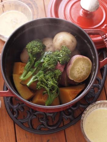 生野菜を使うことが多いバーニャカウダですが、温野菜につけるても美味しいですよ。こちらのレシピでは、牛乳を使った簡単ソースが紹介されています。ストウブをよく使う方は、野菜を美味しく蒸すコツも必見です!