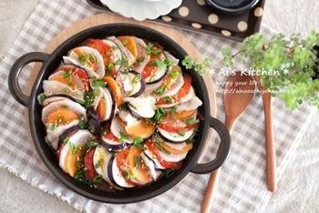 「蒸し野菜が大好き」というブロガーさんおすすめの、ボリュームたっぷりで華やかなレシピ。なすやトマトなどのたっぷり野菜と豚バラをミルフィーユにしています。ぽん酢でも美味しいですが、白だしをかけるのがイチオシなんだとか♪