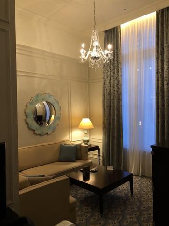 「東京ステーションホテル」の魅力は、洗練された設えと、歴史と伝統に培われた重厚で優雅な雰囲気です。  【創建当時の雰囲気そのままに改装された客室(画像は、「パレスサイドジュニアスイートツイン」。壁に掛かるのは、有名なアールデコ調の魚眼の鏡。】