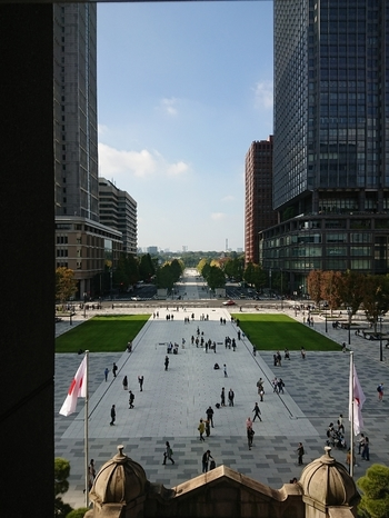 """記事で紹介した通り「丸の内駅舎」は、不死鳥のごとく明治期の壮麗な姿へと生まれ変わり、日本の中心となす丸の内・皇居へと一直線に伸びる「行幸通り」も、再整備されました。  そして、""""丸の内""""界隈も、古い細胞が新しいものへと生まれ変わるように、文化と歴史という核となる記憶を残しつつ、現在進行系で再編し続けています。  ここは、近代も、現代も、東の都の""""今""""がある、大人が主役の街。一人で散策するも良し、気が合う人同士で食事をするのも良し、恋人と逢瀬を楽しむのも良しです。  ぜひ記事を参考に、丸の内ならではのシックな一時を楽しんで下さい。"""