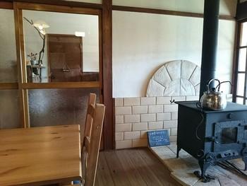 木のぬくもりを感じる店内は、古民家を改造して作られているのだとか。  レトロで居心地のよい店内には薪ストーヴが! 冬季には実際に使われることもあるようですよ。