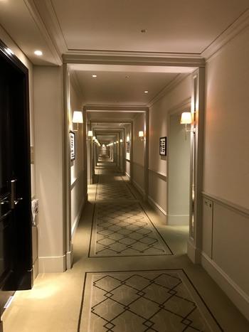 宿泊専用の3階は、南北の東西を結ぶ約200メートル廊下が一直線に伸び、客室が並んでいます。 【画廊さながらに貴重な資料や絵画が掛けられている3階部廊下も、当駅の名所の一つとなっている。】