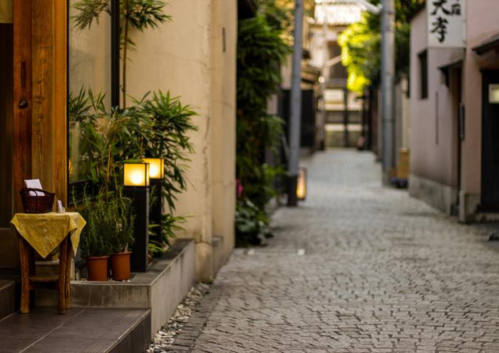 石畳が敷かれた神楽坂には、おしゃれなカフェやレストラン、ショップが点在しています。初詣のついでに散策するのも楽しいですよ。