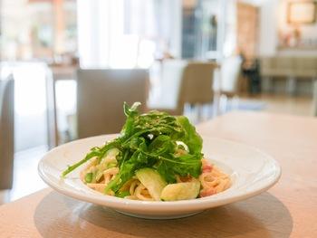 食事メニューはパスタなどのイタリアンですが、カフェメニューは、「特製お神酒ジェラート」や「抹茶あんみつ」など神社らしい和テイストなものも楽しめます。