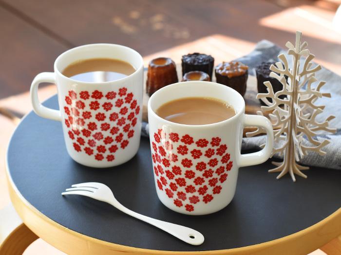 温かい飲み物と一緒に甘いお菓子を食べれば、幸福な気持ちになるはず。