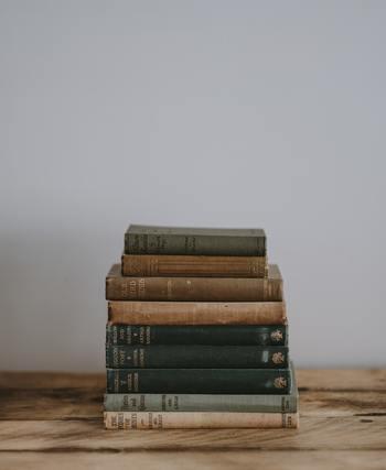 登場人物の何気ないひと言や、本の中の一文が、疲れている時には優しく癒してくれて、元気が欲しい時には前向きなパワーをくれると感じたことはありますか?何度も何度も見返したり読み返しているなら、それは心の拠り所といえますね。