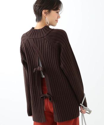 深いバックスリットですが、リボンで女性らしさを感じさせるニットセーター。  全体をブラウンでまとめると重く見えがちですが、ホワイトのインナーを入れることによって軽やかな印象に。