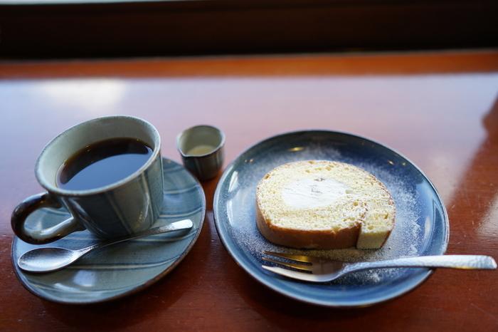 お店自慢の「ブレンド珈琲」はストロングブレンドとマイルドブレンドから選ぶことができます。厳選された豆を昔ながらのネルで抽出し、スッキリとした味わいに仕上がっています。珈琲と一緒に手作りのケーキもどうぞ。