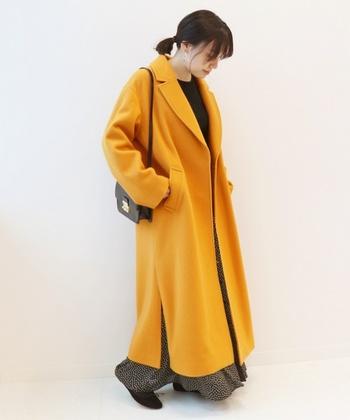 こちらは、スリット入りのチェスターコートです。  ロング丈のコートは縦のラインですっきり見せてくれる一方、全身一色になりがちですよね。でも、深めのスリットを選べば、ちらっと見えるカラーや柄がアクセントになってくれます。