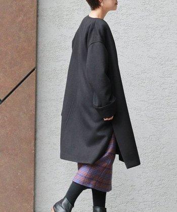 冬ならではのおしゃれに欠かせないアウター、コートもスリット入りで楽しみませんか。  美しいチェック柄のスカートも、歩きながら、きれいに魅せることができます。