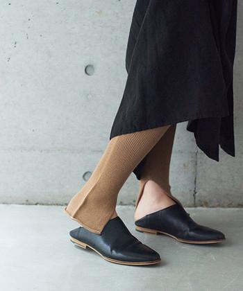 今季のレギンスは、リブ編みだったり、裾がフリルだったりと、デザイン使いが特徴的。  なかでも定番人気になりつつあるのが、こちらのスリット入りレギンス。