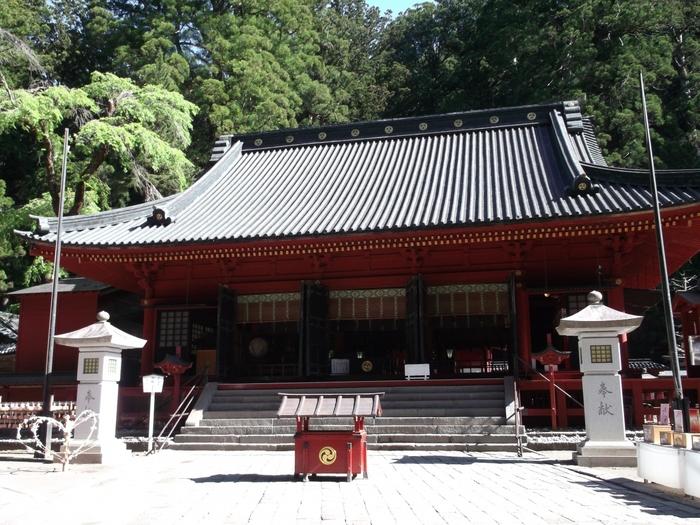 栃木県日光東照宮の西奥にある「日光二荒山神社(にっこうふたらさんじんじゃ)」は、奈良時代の782(天応2)年に開かれた神社です。境内は3400ヘクタールあり、日光の観光地として有名な華厳の滝、いろは坂、神橋、日光連山なども含まれます。