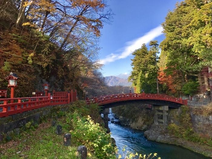 本宮神社の近くにある塗りの美しい「神橋(しんきょう)」も、日光二荒山神社の一部です。国の重要文化財に指定され、平成11年に世界遺産に登録された、神秘的な伝説を持つ橋です。