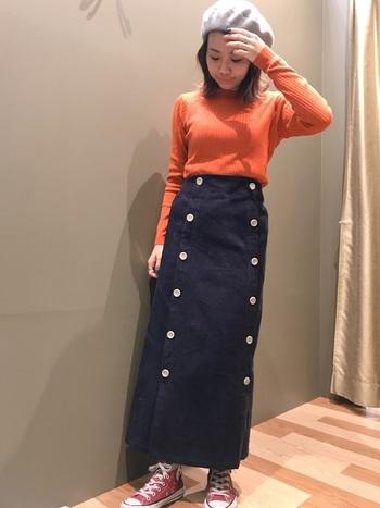優しめのオレンジのニットには、マリン風ロングスカートを合わせて。足元にはあえて赤系をチョイスして、暖色で挟んだコーデ。同系色なら2色以上使っても散らからず、整ったコーデになります◎。