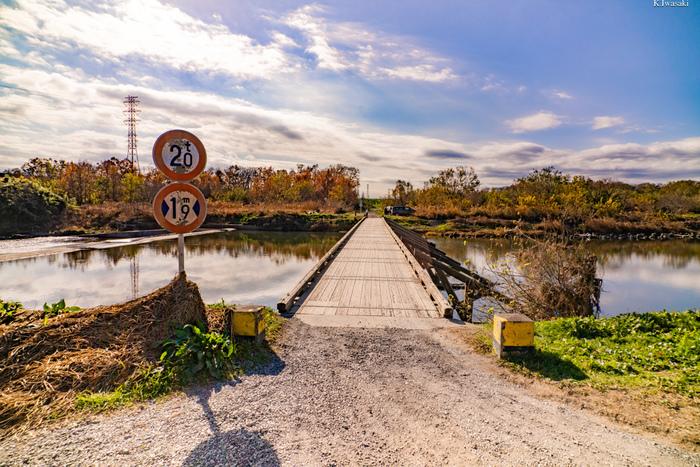 奥へまっすぐに続いていく橋に、気持ちまで上向きになりそうな写真ですね。
