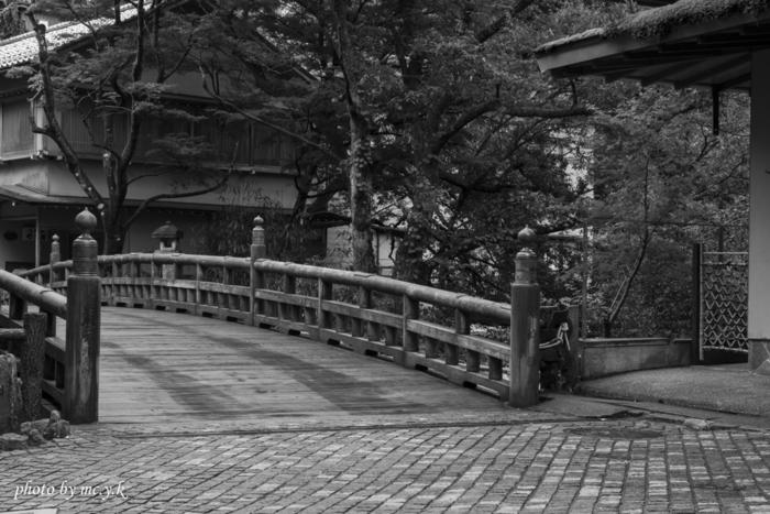 旅先で見つけた橋はモノトーンで撮ることで、よりノスタルジックな哀愁を感じるように。