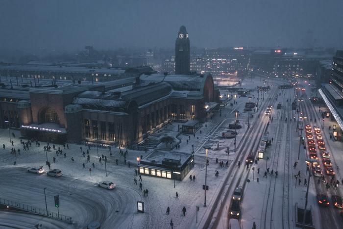 冬の時期、日照時間が短く曇りがちな日が続くフィンランドでは、部屋の中で過ごす事が多くなります。そのため、フィンランドではお部屋に優しい明かりを灯します。