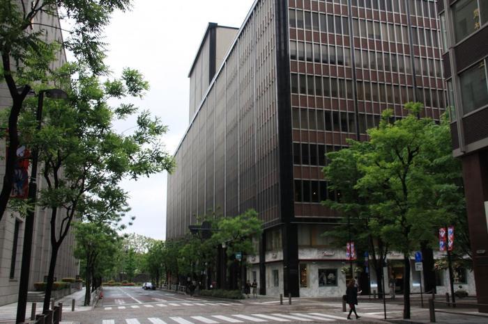 丸の内のしっとりした雰囲気の中で、皇居の緑と美術品を鑑賞するのなら、外濠沿いの「帝劇ビル」にある「出光美術館」へ行ってみましょう。当美術館は、地下鉄・日比谷駅が最寄り駅ですが、東京駅丸の内南口からなら、歩いて10分程です。 【画像は、明治44年に日本初の本格的な洋式劇場として開場した帝国劇場の入る「帝劇ビル」。「出光美術館」は、当ビルの9階。1階の美術館専用エレベーターを利用する。】