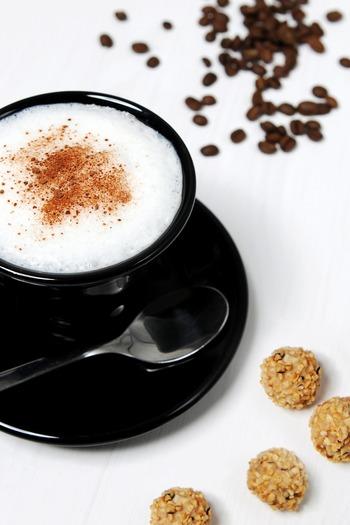 コーヒー一杯のためにいちいちミルクを泡立てるのはちょっと面倒…なんてイメージがあったとしても、実際に作ってみるとその優しい味わいとモコモコ泡がつい癖になってしまうカフェラテ。おうちでのほっこりティータイムに、ぜひ自家製のカフェラテ作りを楽しんでみて下さい。