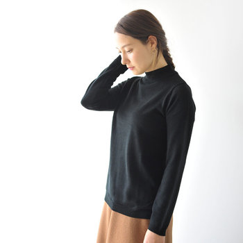 パンツにもスカートにも合うシンプルなニットはオンにもオフにも便利なアイテム。おうちで簡単にお手入れできるウォッシャブルウールを使用しているので、冬の部屋着にもおすすめです。
