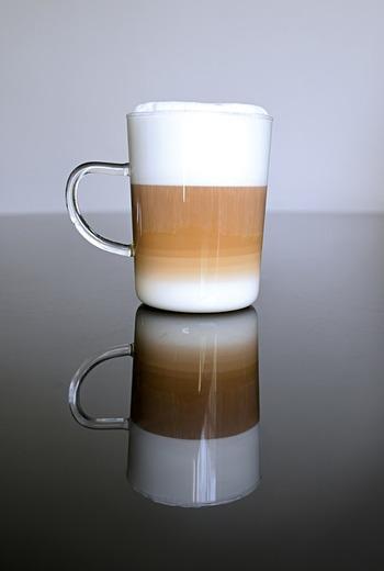 """ところで「カフェラテ」といえば、""""ミルク多めでふわふわの泡が乗っている優しい味わいのコーヒー""""というイメージですよね。では、同じくミルクをたくさん入れる「カフェオレ」や、ふわふわの泡が乗っている「カプチーノ」とは具体的にどう違うのでしょう?"""