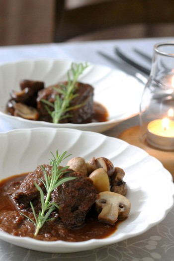 鹿肉を使った本格的な煮込み料理。隠し味に八丁味噌とみりんを使用しています。特別な日の料理に作りたいですね。