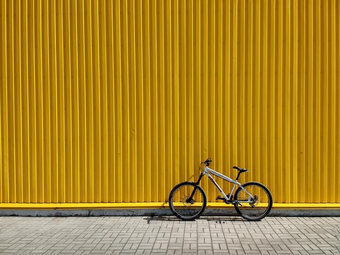 これは街中で見つけたら、即座に写真に収めるというレベルの美しい写真ですね。黄色の背景の前に黒い自転車が一台。非常にアーティスティックな一枚です。まるでCDのジャケットのような完成度の高さです。